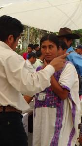 Mujer indígena recibe indicaciones sobre el sentido de su voto en la jornada electoral de 6 de junio. Foto: Red de Observadoras Electorales