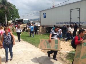 En el tramo de La Pochota, maestros vaciaron trailers con mercancía que fue distribuido entre los automovilistas.
