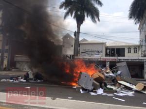 Mobiliario, equipo de oficina y papalería fueron echados a la calle y quemados.