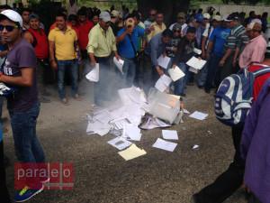 Los gastos de comprobación del alcalde de Escuintla fueron quemados por los maestros, luego de ser bajados d ela camioneta de Protección Civil en la que eran transportados.