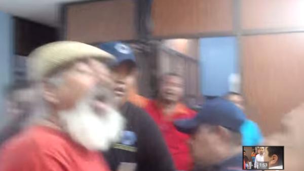 Momento en que el presidente municipal de Arriaga, Noé López Duque Estrada, agrede física y verbalmente a  manifestantes.