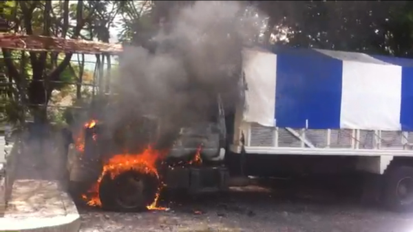 Un camión quemado quedó en la escena del enfrentamiento