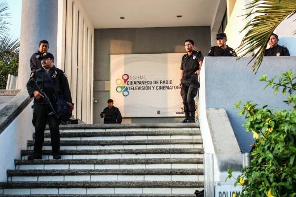 El Sistema Chiapaneco de Radio y Televisión fue resguardado por policías. Foto: Fernando Hernández/ Chiapas PARALELO.