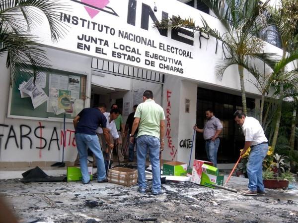 Limpiando las oficinas del INE. Foto: INE