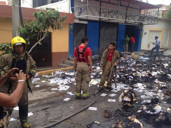 En la sede del PAN en Tuxtla fue incendianda propaganda del partido. Foto: Isain Mandujano/ Chiapas PARALELO.