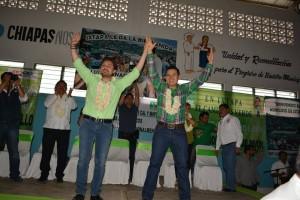 El candidato del PVEM, Roberto Jordán Aguilar Pavón, al fondo su padre el diputado local del PRI
