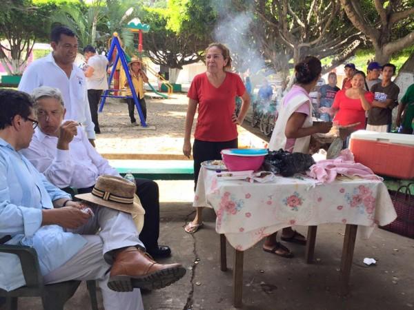 AMLO comiendo tacos en un changarro de la frontera sur en Chiapas.