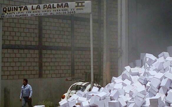Cajas de despensas semejantes a las que entrega el gobierno de Chiapas. Foto: Fredy Martín Pérez
