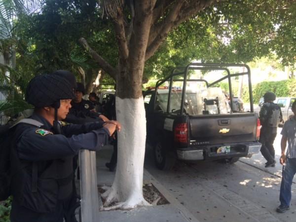 Policías de diferentes corporaciones resguardan las instalaciones de INE en Chiapas. Foto: ChiapasPARALELO