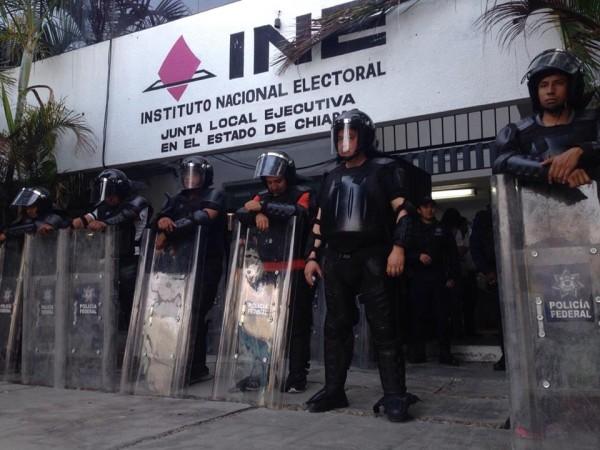 El INE se mantiene resguardado por elementos policíacos. Foto. Fernando Hernández/ Chiapas PARALELO.