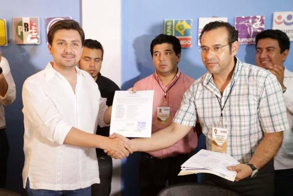 Fernando Castellanos al recibir de manos de consejeros del IEPC la constancia de mayoría que lo acredita como Presidente Municipal electo de Tuxtla Gutiérrez, Chiapas.