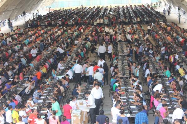 Casi 10 mil aspirantes a una plaza magisterial se dieron cita para participar en el examen de evaluación, que se dio en el marco de protestas de la CNTE. Foto: Cortesía