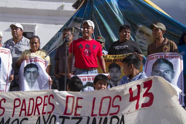 La caravana sur de padres de los 43 estudiantes desaparecidos en el ataque de fuerzas policiacas a la normal Raul Isidro Burgos en Ayotzinapa el 26 de septiembre pasado conmemora con una marcha y mitin en San Cristobal de Las Casas el cumplimiento de 10 meses de la desaparición de sus hijos. Foto: Moyses Zuniga Santiago.