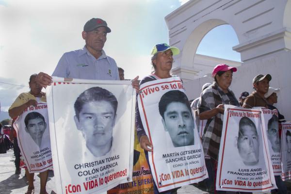Felipe de la Cruz, padre de otro joven desaparecido, comentó que en diez meses, han recorrido el país, para pedir el esclarecimiento de los hechos. Foto: Moyses Zuniga Santiago.