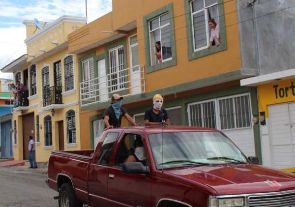 Armados con palos, piedras y cohetones, grupo ligado al PVEM recorre las calles de Comitán. Foto: Juan Orel