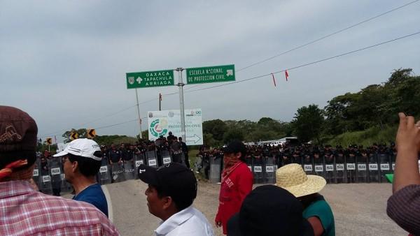 Policías desalojan a maestros que se manifestaban contra el examen de evaluación de nuevo ingreso. Foto: Cortesía