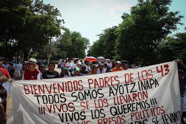 Foto: La caravana de los padres y madres de Ayotzinapa en Tonalá. Foto: Roberto Ortíz.