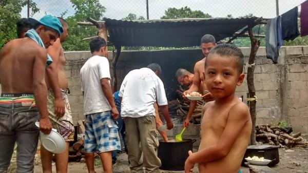 En el albergue de Chahuites también se comparte el  pan. Foto: Rubén Figueroa