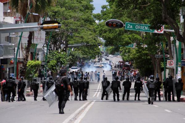 Policía contiene manifestación de habitantes de San Juan Chamula. Foto: Jacob García