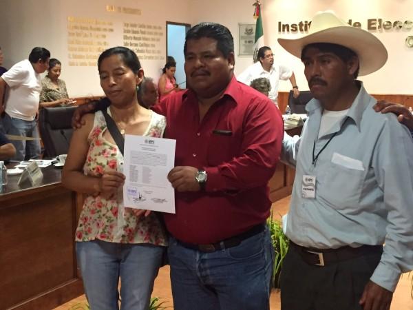 La presidenta municipal electa de Chanal, al recibir su constancia de mayoría. Foto: Ángeles Mariscal