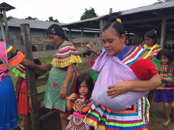 La salud de miles de indígenas, hombres, mujeres, niños y niñas, depende de que el gobierno de Manuel Velasco Coello pague a proveedores de insumos y servicios. Foto: Ángeles Mariscal/Chiapas PARALELO