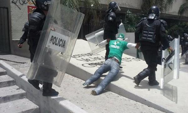 Policías retiran el muñeco con la imagen del gobernador. Foto: Edwin Martín González Pérez/Facebook