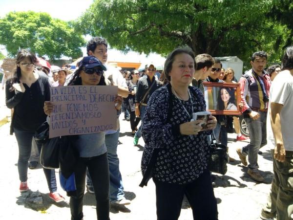 La madre de Nadia Vera llevó el cuerpo de su hija al Panteón Municipal de Comitán. Foto: Nehemias Jiménez