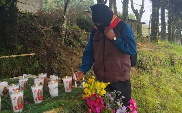 Indígenas del EZLN realizan ofrendas y acciones de oración para pedir justicia por los 43 de Ayotzinapa. Foto: Ángeles Mariscal/Chiapas PARALELO