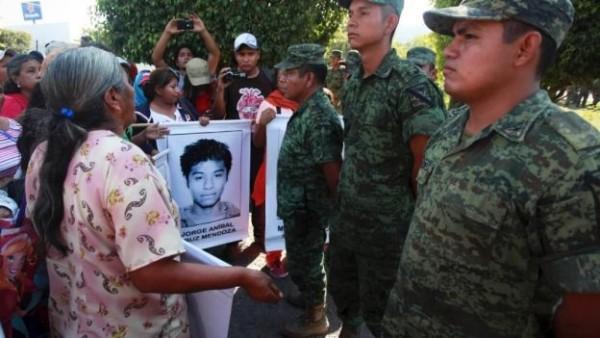 Familiares de los 43 estudiantes de Ayotzinapa desaparecidos en septiembre de 2014, han pedido en reiteradas ocasiones abran los cuarteles del Ejército Mexicano para investigar paradero de los jóvenes. Foto: Agencias