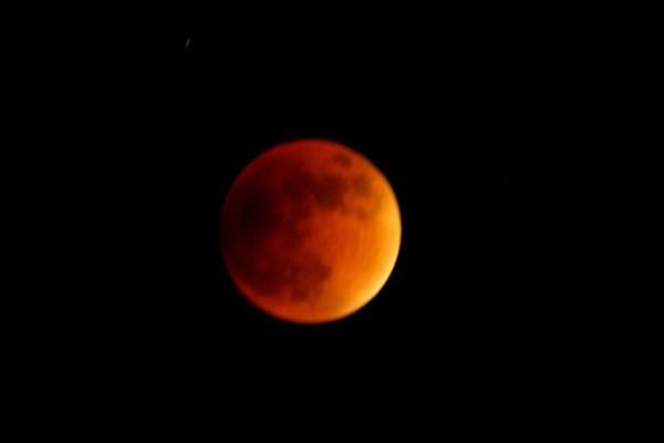 Este Domingo la Luna se alineó con el Sol y la Tierra originando un eclipse total de Luna. Foto: Osiris Aquino/Chiapas PARALELO.