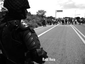 Operativo policiaco para impedir el paso a habitantes de San Juan Chamula. Foto: Raúl Vera