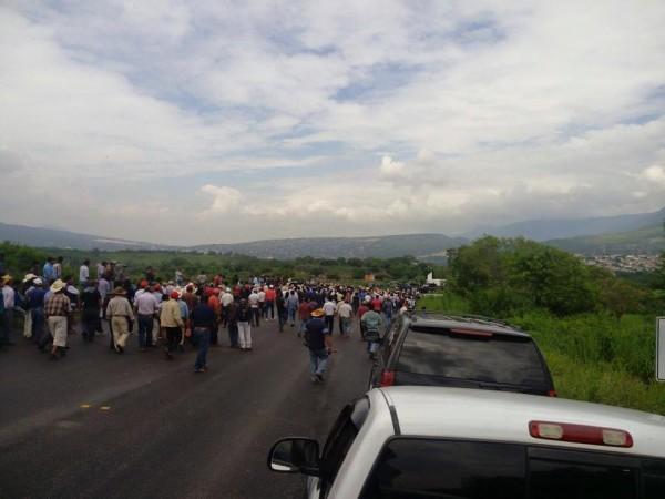 Durante más de 20 horas indígenas militantes del PRI originarios de los Altos de Chiapas bloquearon la carretera que comunica a la capital del estado. Foto: Cortesía