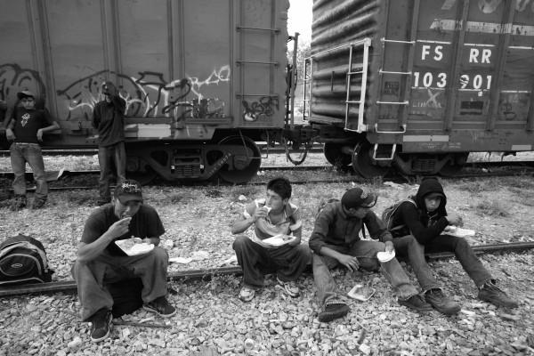 """OAX10515043. Ixtepec, Oaxaca.- Migrantes centroamericanos llegaron en el tren bautizado como """"La Bestia"""" al Albergue Hermanos en el Camino, también conocida como la Casa del Migrante en Ixtepec, Oaxaca. El tren llegó con 800 migrantes después de estar varios descompuesto en el poblado de Arriaga. NOTIMEX/FOTO/ALEJANDRO MELÉNDEZ/AMO/POL/"""