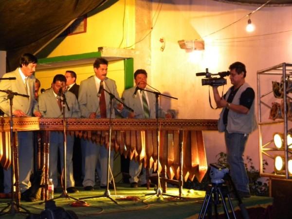 El cronista entrevista a marimbistas. Foto: Archivo