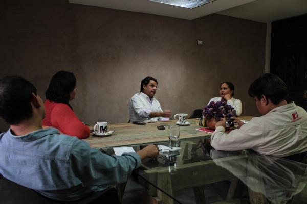 El Senador Zoé Robledo en una entrevista colectiva con las y los integrantes de Chiapas Paralelo. Foto: Roberto Ortíz/ Chiapas PARALELO.
