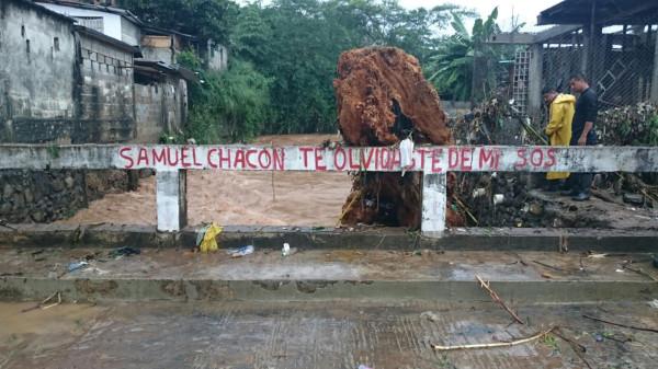Río Texcuyuapan salió de su cause. Foto: Benjamín Alfaro