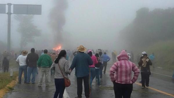 Enfrentamiento de maestros con policias. Foto: Cortesía