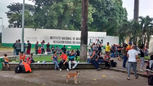 """Cientos de migrantes afuera de la estación del INM esperan ser beneficiados con el """"oficio de salida"""" que les permite transitar libremente por México durante 10 días. Foto: Rubén Figueroa"""
