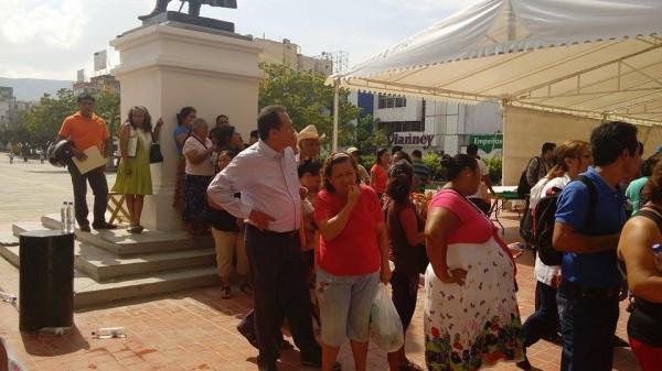 Después del mediodía seguía habiendo ciudadanos y ciudadanas esperando que les dieran una ficha para hablar con el alcalde.