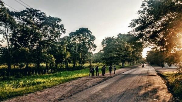 Las tardes en el camino, presagios de largas y oscuras noches para los caminantes. Foto: Rubén Figueroa