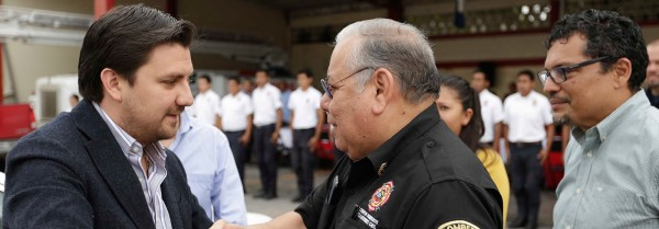 El presidente municipal, Fernando Castellanos con el presidente del patronato de bombero, Rodulfo Galvez, a quien se le adjudicó la obra.