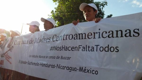 Madres de la carvana realizan una caminata por las calles, en las vias y parque central de la colonia Pakal - Na en Palenque, Chiapas !!! #NosHacenFaltaTodos