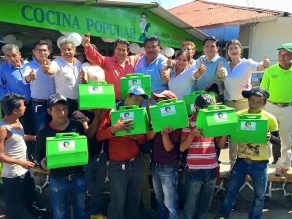Está imagen donde el diputado federal, Leonardo Guirao reparte cajas para bolear zapatos a niños fue convertida en varios memes.