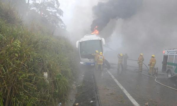 Autobús que presuntamente arrolló al maestro .... Foto: Cortesía