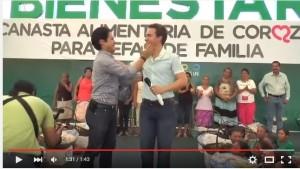 Manuel Velasco se deja cachetear en público.