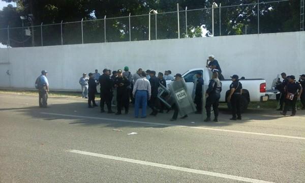 Constructores fueron detenidos cuando pedían su pago por obras realizadas. Foto: Cortesía