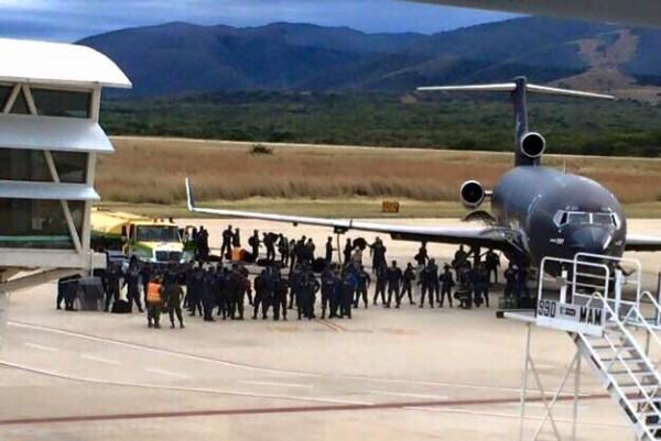 Federales llegando ayer domingo en el Aeropuerto Ángel Albino Corzo.