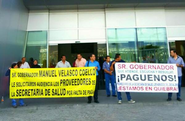 Proveedores de la Secretaría de Salud protestan en la Torre Chiapas para exigir al gobernador Manuel Velasco y a la Secretaría de Hacienda que liberen sus pagos.