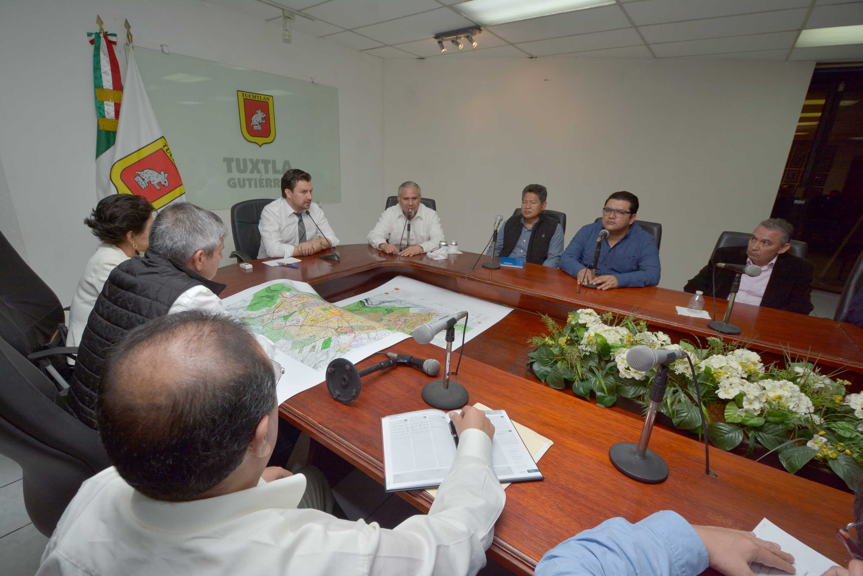 Después de los asaltos en la ciudad, las autoridades municipales se reunieron con el procurador, Raciel López.