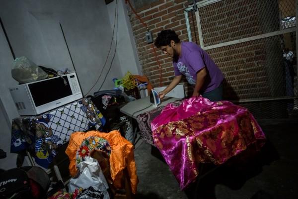 Los hombres que participan en la fiesta se preparan para vestirse de Chuntaes. Foto: Salón Luz.